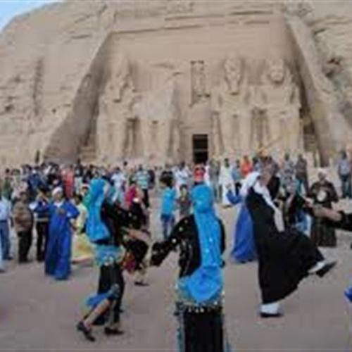 صدى العرب: وزيرة الثقافة ومحافظ اسوان يشهدان بدء الاحتفالات الفنية أمام معبد أبوسمبل